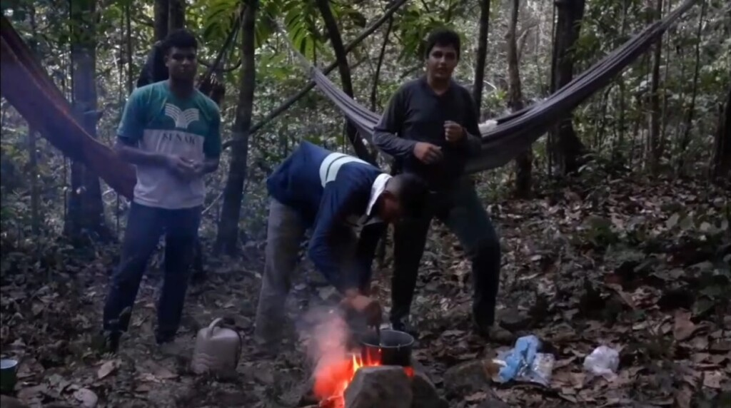 Estudantes acampam durante filmagem de documentário
