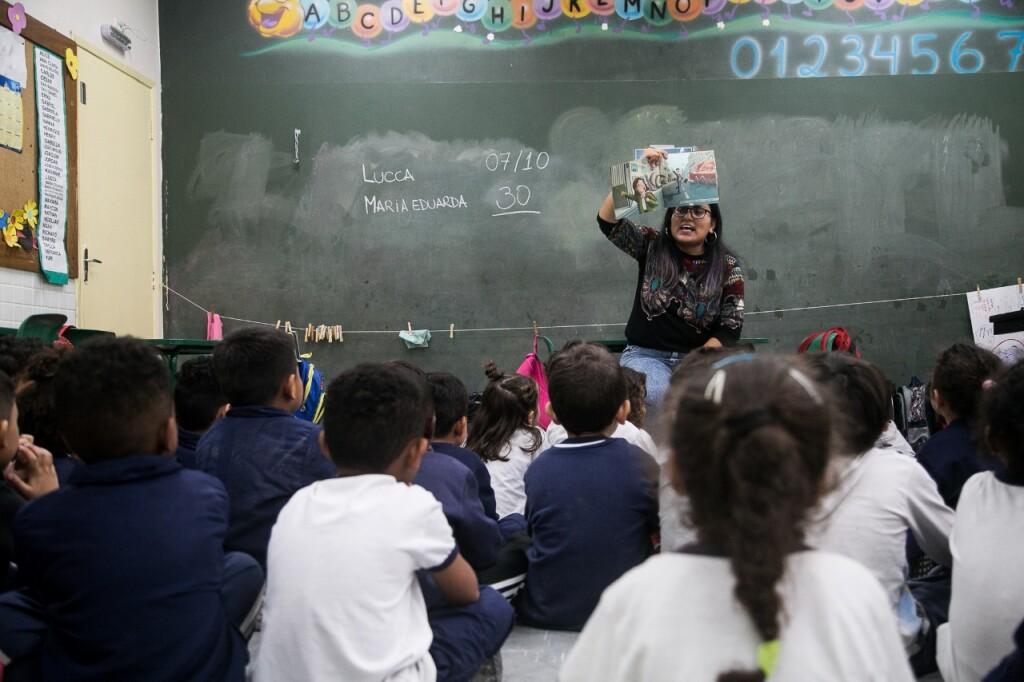 Professora conta história a crianças - Foto: Nicolas Neves dos Santos
