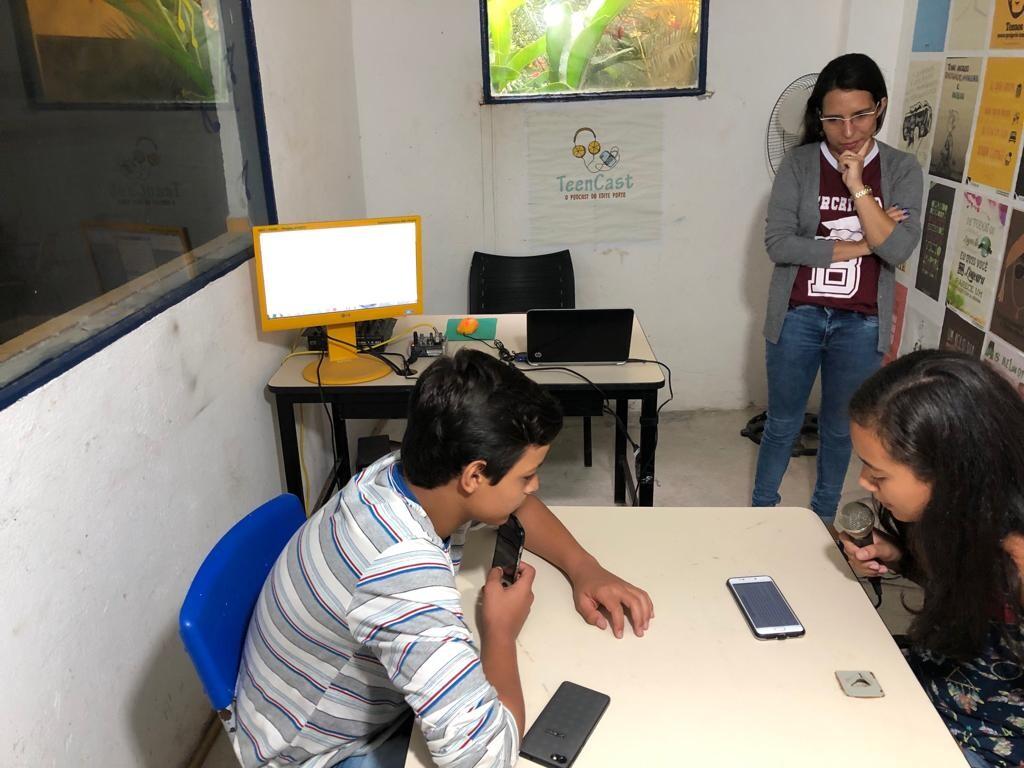 Estudantes de Caboclinho gravam audiolivro.