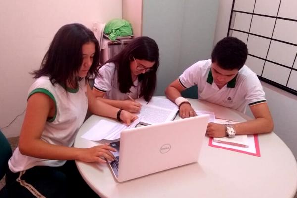 Estudantes se reúnem para planejar aplicativo