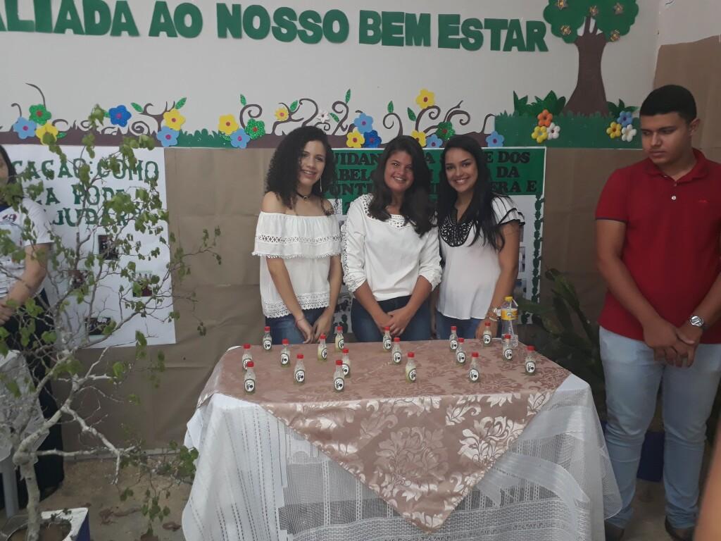 Grupo de estudantes posa com sua criação em feira - Foto: Divulgação