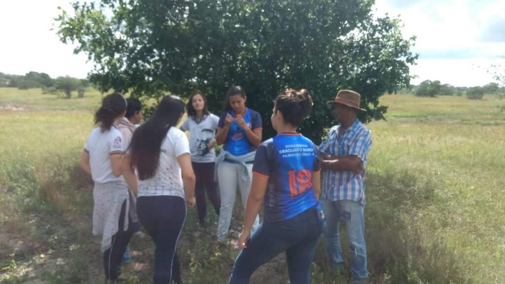 Estudantes conversam sobre shampoo natural com morador em Coruripe (AL)