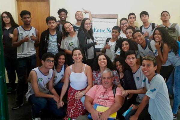 Alunos e professores do CIEP 240 que participaram do projeto Entre Nós em São Gonçalo (RJ), em 2019/Divulgação