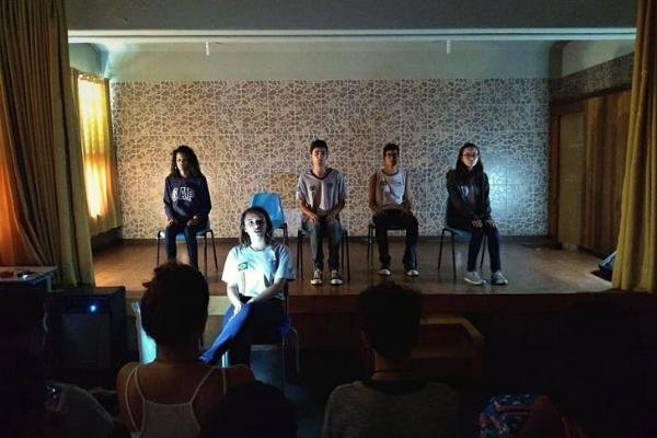 Estudantes de São Gonçalo (RJ) usam teatro para discutir violência e transformam ambiente escolar