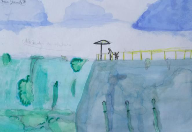 Desenho de aquarela representando uma cidade de Pernambuco. Na parte superior, há desenhos de nuvens no céu. Do lado esquerdo da aquarela, há a representação da vegetação local. E à direita, uma barreira onde há pessoas.