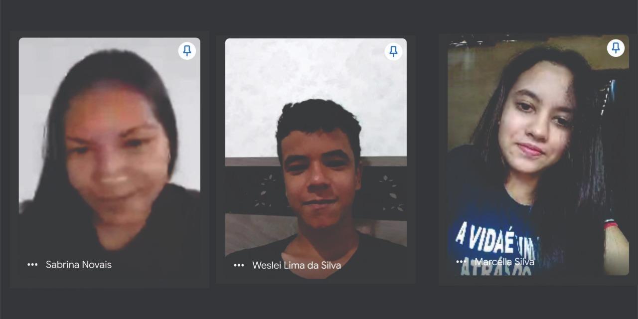 Foto de uma conversa online com três jovens dividindo a tela. Há duas meninas nas pontas e um menino no centro.