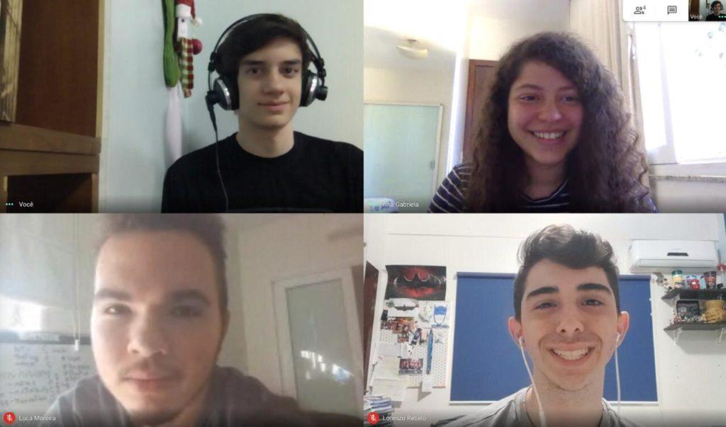 Montagem de quatro estudantes adolescentes brancos em uma vídeo-chamada.